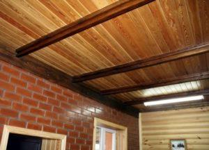 Кирпичный дом и деревянный потолок