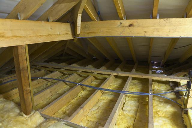 Чем утеплить потолок в частном доме