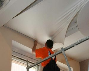 Минусы установки натяжного потолка до оклейки обоями