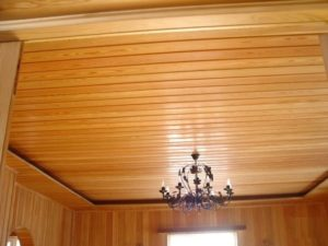Люстра на деревянном потолке