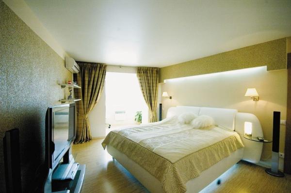 Натяжное полотно в спальне