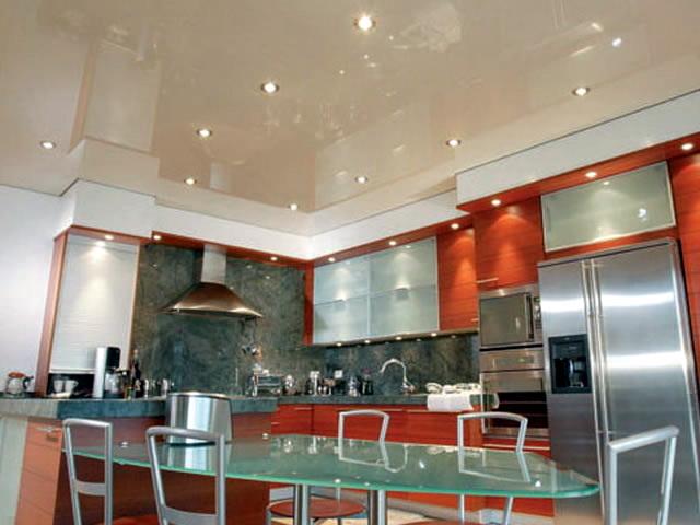 Плюсы использования натяжного потолка на кухне