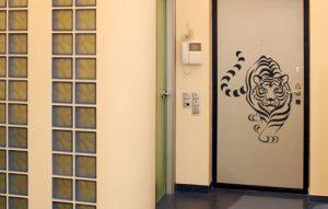 Стеклянная дверь с нарисованным тигром