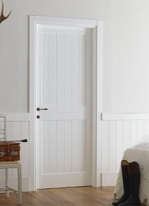 Покрашенная дверь белой краской