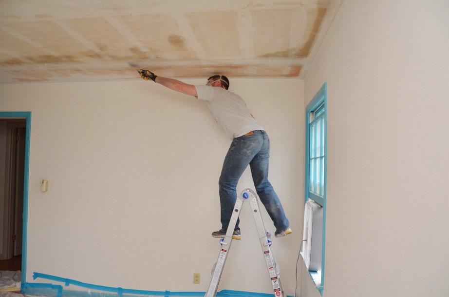 Как шпаклевать потолок своими руками новичку