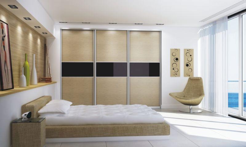 Натяжной потолок и встроенный шкаф в спальне