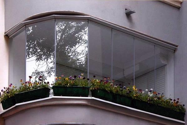 Красивая застекленная лоджия с цветами