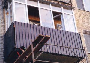Балкон отделанный профнастилом