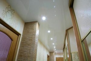 Потолок с точечными осветителями