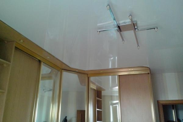 Натяжной потолок выше мебели