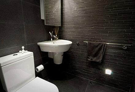 Туалет с темной плиткой