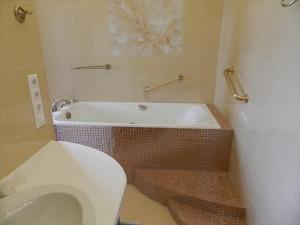 Стильные стены в ванной комнате